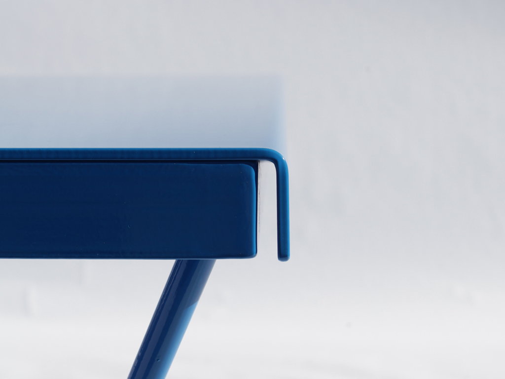 Close up of the rolled playing edge detail on the steel POPP ICON outdoor ping pong table in blue